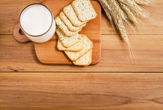Milch und Biskuit lizenzfreies stockfoto