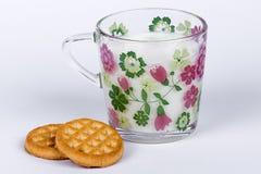 Milch und Biskuite Stockbilder
