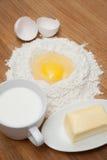 Milch und Butter mit Mehl und Ei Lizenzfreies Stockbild