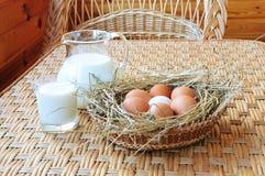 Milch und Eier stockbild