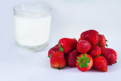 Milch und Erdbeere lokalisiert auf weißem Hintergrund Lizenzfreie Stockfotografie
