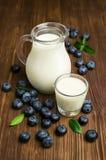Milch und frische Blaubeeren Stockbilder