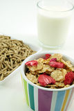 Milch und Getreide blättert zum Frühstück ab stockbilder
