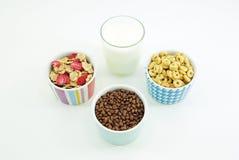 Milch und Getreide blättert zum Frühstück ab lizenzfreies stockfoto