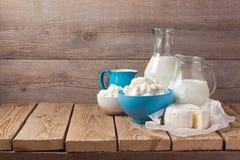 Milch und Hüttenkäse über hölzernem rustikalem Hintergrund Stockfoto