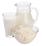 Milch und Hüttenkäse. Stockfoto