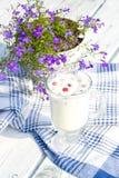 Milch und Himbeeren im Cup Stockfotos