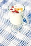 Milch und Himbeeren im Cup Stockbild