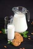 Milch und Kuchen mit Mandeln lizenzfreie stockfotografie