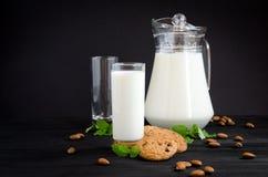 Milch und Kuchen mit Mandeln und Minze lizenzfreie stockfotografie