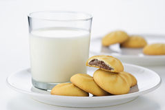 Milch und Plätzchen Stockbild