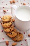 Milch und Plätzchen Stockfotos