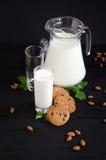 Milch und Plätzchen mit Mandeln und Minze stockbilder