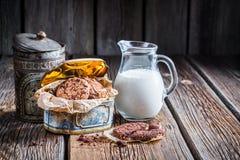 Milch und süße Plätzchen zum Frühstück Stockbild