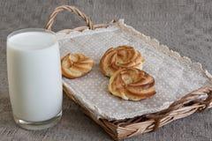 Milch und Schaumgummiringe auf rustikalem hölzernem Hintergrund Lizenzfreies Stockbild