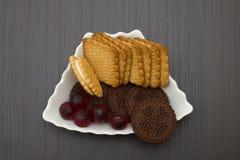 Milch- und Schokoladenplätzchen mit Marmelade Stockbilder