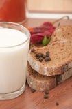 Milch und Schwarzbrot Lizenzfreies Stockbild