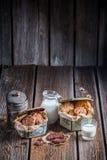 Milch und selbst gemachte Plätzchen zum Frühstück Lizenzfreie Stockfotografie