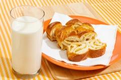 Milch und Stücke der süßen Torte Lizenzfreies Stockbild