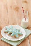 Milch- und Weihnachtsplätzchen lizenzfreie stockfotos