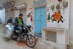 Milch wird durch Motorrad geliefert stockfotografie