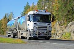 Milchbehälter-LKW Scanias R500 V8 auf der Straße lizenzfreies stockfoto