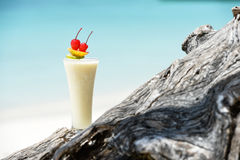 Milchcocktail auf Holz am Strand Stockfoto