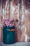 Milchdose und ein Blumenstrauß lizenzfreie stockfotos