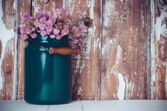 Milchdose und ein Blumenstrauß lizenzfreie stockbilder