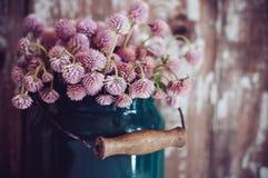 Milchdose und ein Blumenstrauß stockfotografie