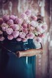 Milchdose und ein Blumenstrauß lizenzfreies stockbild