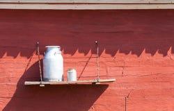 Milchdosen auf einem Brett Stockbilder