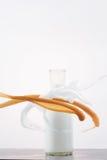 Milchflasche mit der Milch, die mit Weiß und Kakao gespritzt wird lizenzfreie stockfotos