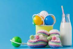 Milchflasche mit Stroh und Baby acessories Stockfotos