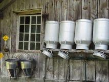 Milchflaschen an einem Bauernhaus in Rosenlaui-Tal auf der Schweizer Alpe lizenzfreie stockfotografie