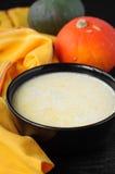 Milchige Kürbis-Suppe in einer schwarzen Schüssel Stockbild