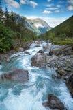 Milchiger blauer Gletscherfluß in Norwegen Lizenzfreies Stockfoto