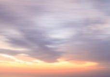 Milchiger Sonnenunterganghimmelhintergrund Stockfoto