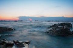 Milchiges Meer auf dem Felsen Stockfotos