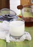 Milchjoghurt in einem Glas Stockfotos