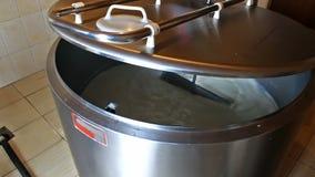 Milchkühlungsbehälter in einer Molkerei stock footage
