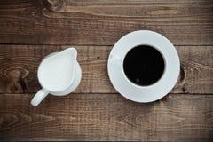 Milchkrug mit einem Tasse Kaffee Lizenzfreies Stockbild