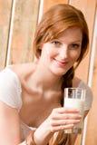 Milchland des Getränks der jungen Frau natürliches gesund Lizenzfreie Stockfotos