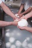 Milchmänner, die den Mozzarella zubereiten stockfotos
