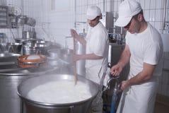 Milchmänner, die den Mozzarella zubereiten lizenzfreies stockbild