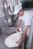Milchmänner, die den Mozzarella zubereiten stockfotografie