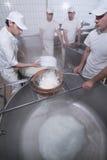 Milchmänner, die den Mozzarella zubereiten stockfoto