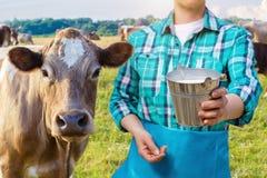Milchmagd mit dem Milcheimer und -kuh Lizenzfreie Stockbilder