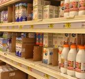 Milchprodukte auf den Regalen im Supermarkt lizenzfreies stockfoto