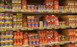 Milchprodukte auf den Regalen im Supermarkt lizenzfreie stockfotos